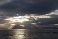 Łosoś uprawia ziemię z breathtaking niebem Faroe wyspy obrazy royalty free