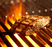 Łososia fillet na grillu z płomieniami Fotografia Stock