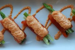 Łososia polędwicowy opakunek na szparagowych warzywach i nalewa z jajkami ryba w białym talerzu obrazy royalty free