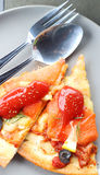Łososiowa pizza ciie w gotowego jeść Obraz Royalty Free