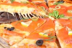Łososiowa serowa pizza jeść rozciągliwość Zdjęcie Stock