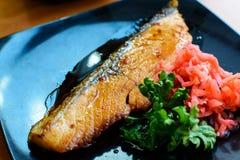 Łososiowego stku i imbiru prezerwy w czarnym naczyniu fotografia stock