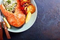 Łososiowego stku, ryż i warzywa potrawka, Obrazy Royalty Free