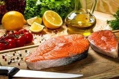 Łososiowi stki, zieleni ziele, czereśniowy pomidor, oliwa z oliwek i cytryna, Obraz Royalty Free