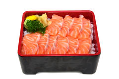 Łososiowy donburi: świeży pokrojony Łososiowy Sashimi na Rice pudełku odizolowywa Obraz Royalty Free