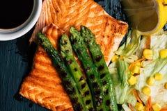 Łososiowy grill i sałatka zdjęcia stock