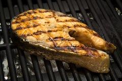 Łososiowy rybi stek na grillu obraz stock