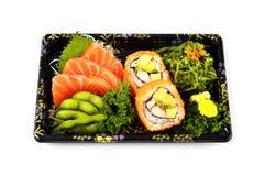 Łososiowy Sashimi Mak i Kalifornia wypełniamy z Gołębiego grochu i korzennej gałęzatki tradyci sałatkowym Japońskim jedzeniem w d Obraz Royalty Free