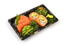 Łososiowy Sashimi Mak i Kalifornia wypełniamy z Gołębiego grochu i korzennej gałęzatki tradyci sałatkowym Japońskim jedzeniem w d Zdjęcie Royalty Free