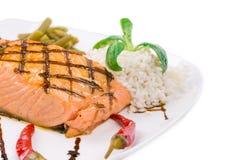 Łososiowy stek na bielu talerzu Fotografia Stock