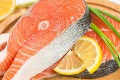 Łososiowy stek na drewnianej desce Obraz Stock