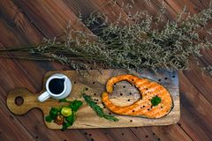 Łososiowy stek na drewno talerzu zdjęcia stock