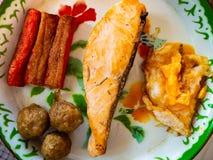 Łososiowy stek z jajecznym krabem wtyka wieprzowiny piłkę zdjęcie stock