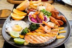 Łososiowy stek z jajkiem i sałatką Fotografia Stock
