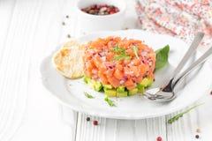 Łososiowy tartare z czerwoną cebulą, avocado, arugula, chlebowej grzanki Piękna przekąska, żywienioniowy jedzenie, zakąska dla Bo zdjęcie royalty free
