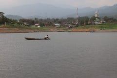 Łowiący, drewniana łódź słodkowodny, tropikalny las, zdjęcia royalty free