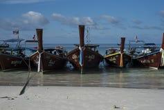 Łowiący drewniane wioślarskie łodzie parkuje na plaży na Koh Lipe, Tajlandia obrazy stock