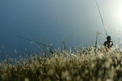 Łowiący na jeziornym, pogodnym gnuśnym dniu, obrazy stock