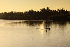 Łowiący przy Thu bonu rzeką, Quang Nam, Wietnam Obrazy Stock