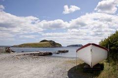 Łowić dok i łódź na słonecznym dniu w Newfoundland zdjęcia royalty free