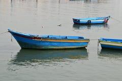 Łowić koloru syna łódkowatą plażę z zmierzchem Zdjęcia Royalty Free