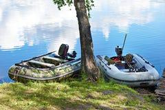 Łowić motorowe łodzie na wybrzeżu jezioro Fotografia Stock