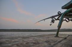 Łowić na drewnianym molu Fotografia Royalty Free