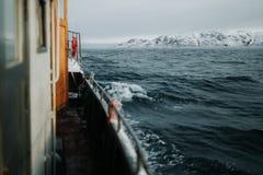 Łowić statek jest pływać przy morzem Obrazy Stock