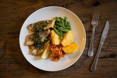 Łowi i układu scalonego talerz z warzywami i cytryną na talerzu obrazy royalty free
