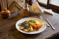 Łowi i układu scalonego talerz z warzywami i cytryną na talerzu obraz stock
