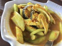 Łowi w żółtej gorącej i kwaśnej polewce od południowej Tajlandzkiej kuchni Obraz Stock