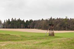 Łowiecki wierza na polu blisko lasowego Łowieckiego rogacza Chmurzący dzień Obrazy Stock