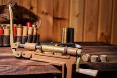 Łowiecki wyposażenie dla robić ładownicie na drewnianym stole obrazy stock