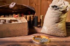 Łowiecki wyposażenie dla robić ładownicie na drewnianym stole zdjęcia royalty free