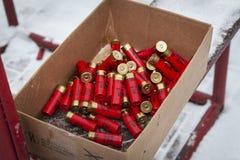 Łowieckie ładownicy są czerwone w pudełku zdjęcie royalty free