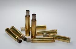 Łowieckie amunicje i puste karabinowe pocisk ładownicy na bielu zdjęcie stock