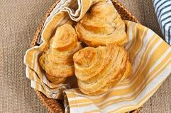 Łozinowy kosz świeżo piec, domowej roboty croissants, zdjęcie royalty free