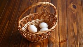 Łozinowy kosz folujący z jajkami zdjęcie wideo