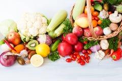 Łozinowy kosz pełno organicznie owoc i warzywo Zdjęcia Stock