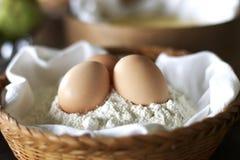 Łozinowy kosz z jajkami i mąką obrazy royalty free