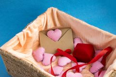 Łozinowy z walentynka dnia prezentami: biżuterii pudełko, rzemioseł serca, kopertowi i różowi Zdjęcie Stock