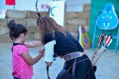 Łuczniczy szkolenia, strzały i tradycyjni lokalni stroje, obrazy royalty free