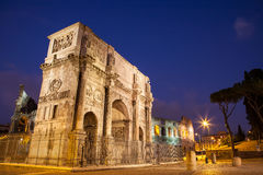 Łuk Constantine przy nocą w Rzym fotografia stock