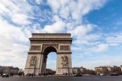 Łuk De Triomphe w Paryż z pięknym niebieskim niebem Zdjęcia Stock