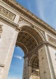 Łuk De Triomphe w Paryż pod niebem z chmurami Zdjęcie Royalty Free