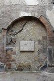 Łuk i plakieta Augustus, Herculaneum Archeologiczny miejsce, Campania, Włochy obraz stock