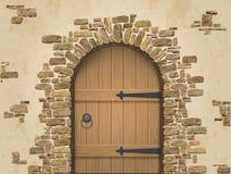 Łuk kamień z zamkniętym drewnianym drzwi Fotografia Royalty Free