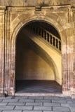 Łuk z antyczną moorish sztukateryjną pracą w Alhambra fotografia royalty free