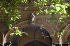 Łuk z piaskowcowym cyzelowaniem damy przewodzi na Wiktoriańskim budynku zdjęcie royalty free