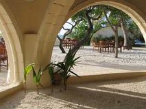 Łuk zakrywający seashore pub przy Maldivian hotelem obraz stock